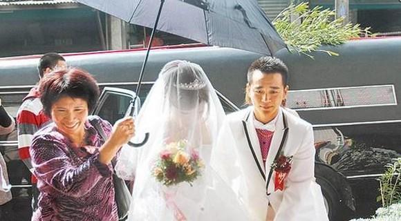 Đám cưới kì quặc: Chọn ngày xấu, rước dâu bằng...xe tang! ảnh 4