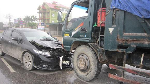 Ô tô con lao đầu vào xe tải, cả gia đình thoát chết ảnh 1