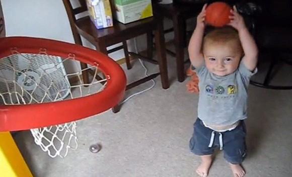 Thần đồng bóng rổ 2 tuổi ảnh 3