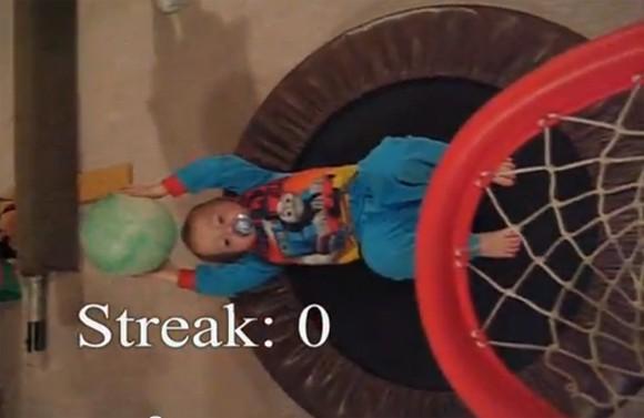 Thần đồng bóng rổ 2 tuổi ảnh 1