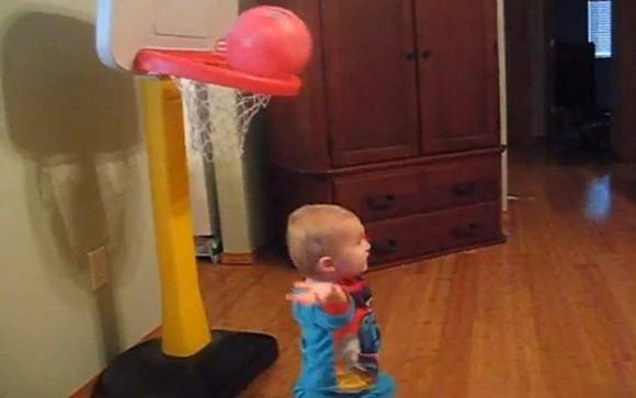 Thần đồng bóng rổ 2 tuổi ảnh 2