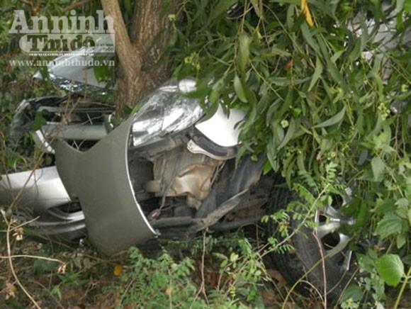 Xe Innova lao xuống vực, 4 người bị thương ảnh 1