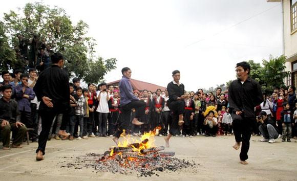 Rợn người xem cảnh chân trần nhảy vào giữa đống lửa đỏ rực ảnh 4