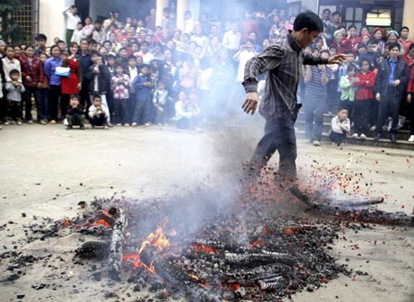Rợn người xem cảnh chân trần nhảy vào giữa đống lửa đỏ rực ảnh 7