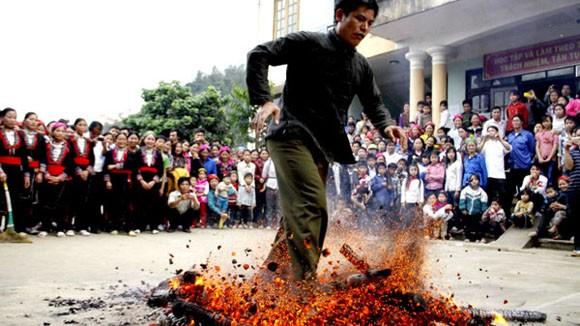 Rợn người xem cảnh chân trần nhảy vào giữa đống lửa đỏ rực ảnh 8