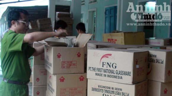 Phát hiện hàng trăm thùng mỹ phẩm nhập lậu ảnh 1