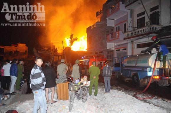 Suốt đêm cứu cháy xưởng gỗ rộng cả trăm m2 ảnh 3
