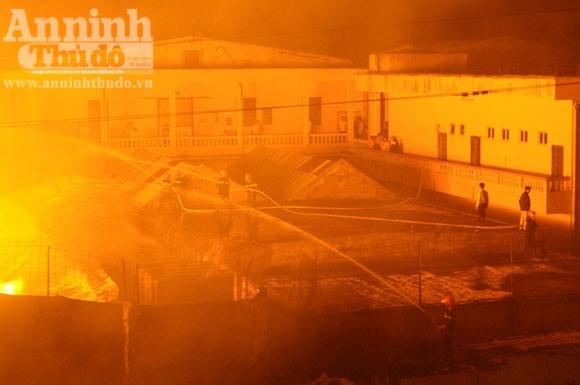 Suốt đêm cứu cháy xưởng gỗ rộng cả trăm m2 ảnh 5