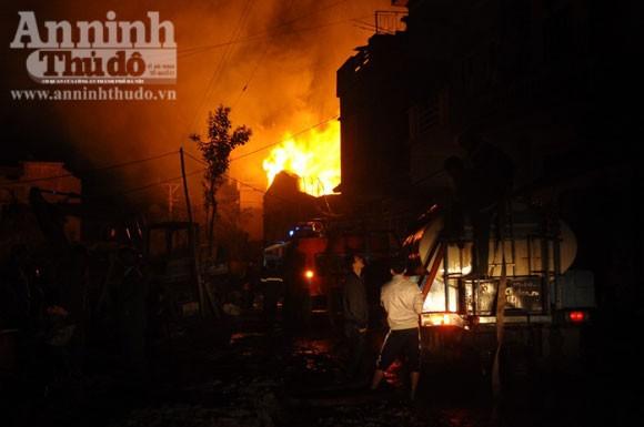 Suốt đêm cứu cháy xưởng gỗ rộng cả trăm m2 ảnh 4