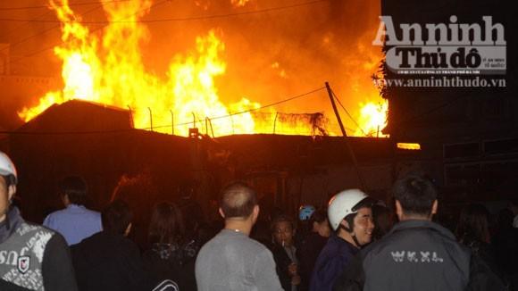Suốt đêm cứu cháy xưởng gỗ rộng cả trăm m2 ảnh 1