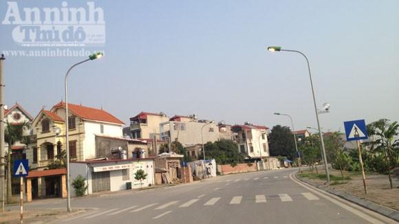 Đèn đường sáng trưng giữa ban ngày ảnh 5