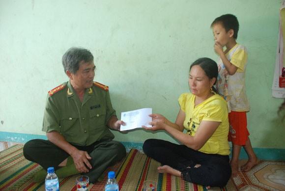 Báo ANTĐ tặng quà cho chủ tàu cá bị Trung Quốc bắn cháy cabin ảnh 2