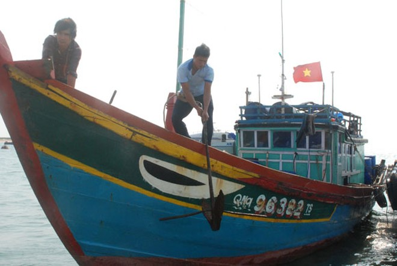 Báo ANTĐ tặng quà cho chủ tàu cá bị Trung Quốc bắn cháy cabin ảnh 3