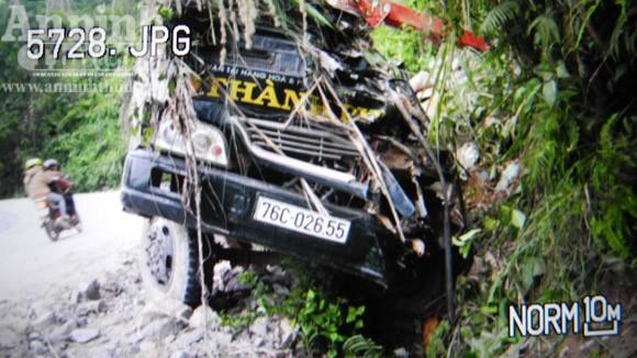 Mất lái, ô tô lao thẳng vào núi làm 2 người tử vong ảnh 1