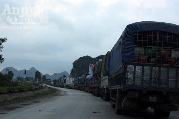 """Xe tải """"húc"""" đuôi xe bồn, hàng nghìn lít xăng tràn ra quốc lộ ảnh 3"""