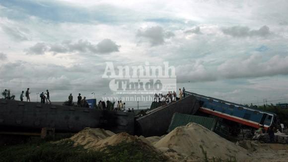Container lao đầu vào tàu hỏa, hất tung 3 toa tàu khỏi đường ray ảnh 1