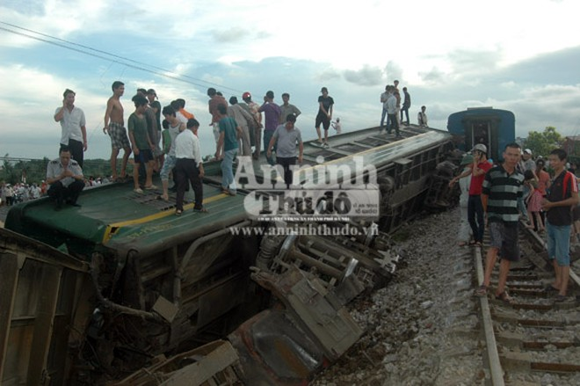 Container lao đầu vào tàu hỏa, hất tung 3 toa tàu khỏi đường ray ảnh 2