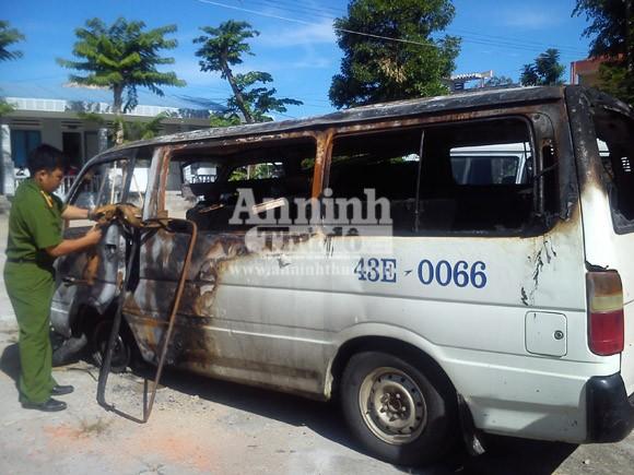 Xe chở gỗ bốc cháy, tài xế nhanh chóng biến mất khỏi hiện trường ảnh 1