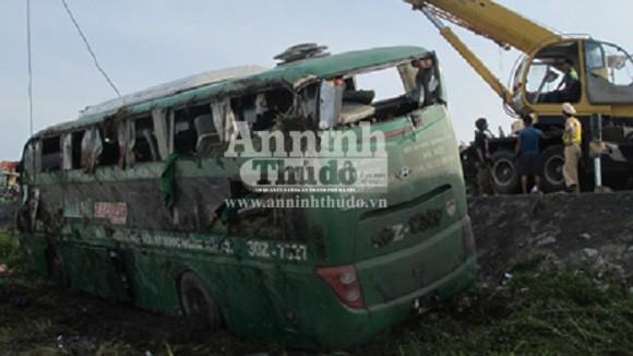 Xe giường nằm lật xuống ruộng, 20 hành khách may mắn thoát chết ảnh 1