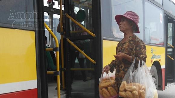 """Bà lão 70 tuổi """"sống nhờ"""" những ổ bánh mỳ ảnh 1"""