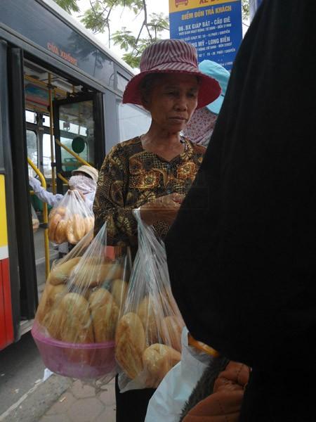 """Bà lão 70 tuổi """"sống nhờ"""" những ổ bánh mỳ ảnh 2"""