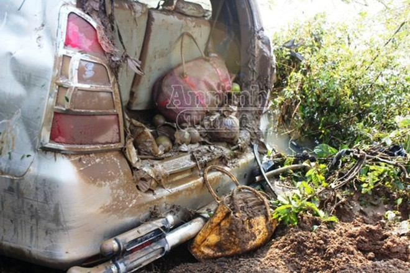 Cận cảnh chiếc xe bị cuốn trôi và công tác vớt thi thể nạn nhân ảnh 3