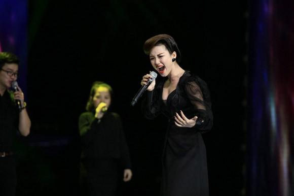 Đinh Hương xuất hiện lộng lẫy và bí ẩn trên sân khấu Giọng hát Việt ảnh 3