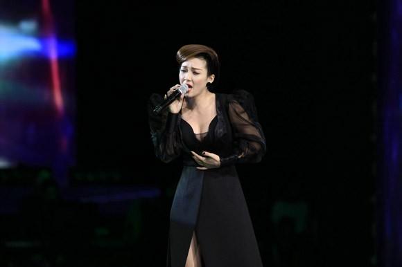 Đinh Hương xuất hiện lộng lẫy và bí ẩn trên sân khấu Giọng hát Việt ảnh 1