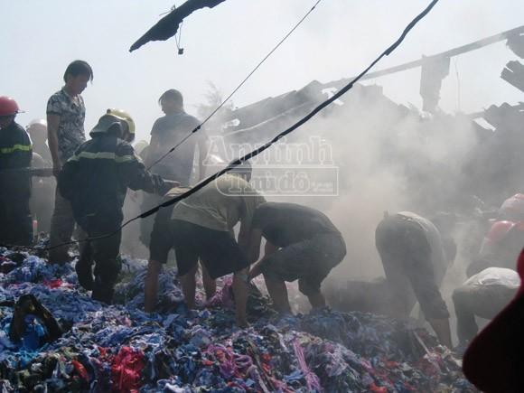 Bà hỏa thiêu rụi xưởng bông, vải gây thiệt hại 3 tỷ đồng ảnh 1