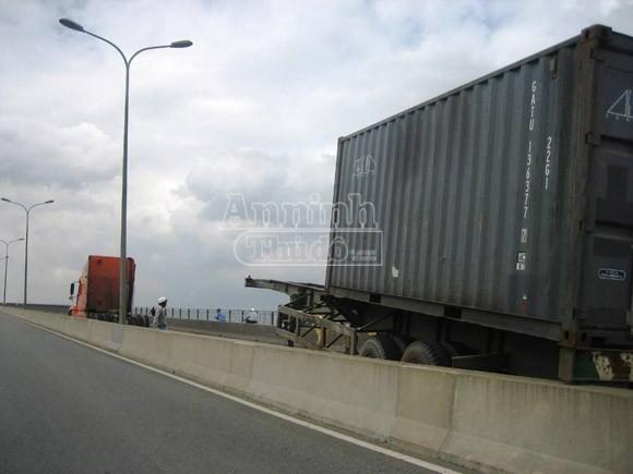 Xe container bất ngờ tuột rơ-moóc khi đang lên cầu ảnh 1