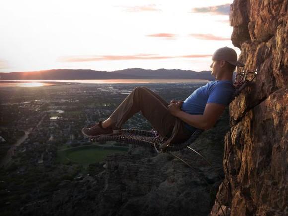 Chàng trai ngồi trên vách núi cao 107 mét ở Utah ảnh 1