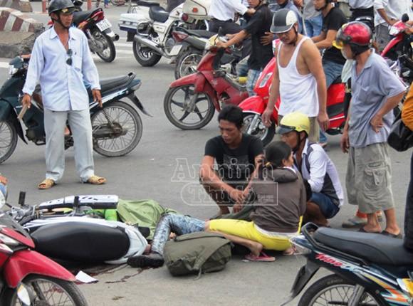 Chồng khóc ngất khi chứng kiến vợ, con tử vong dưới bánh xe bồn ảnh 1