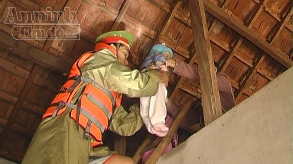 Quảng Ngãi thiệt hại nặng nề sau lũ, 12 người chết, 2 người mất tích ảnh 1