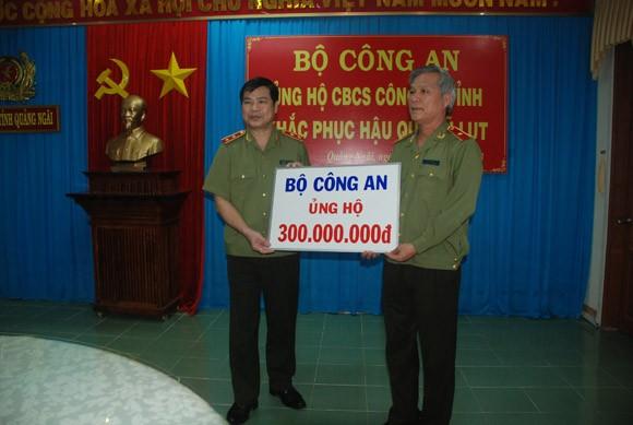 Bộ Công an hỗ trợ Công an Quảng Ngãi 300 triệu đồng, khắc phục hậu quả bão lũ ảnh 1