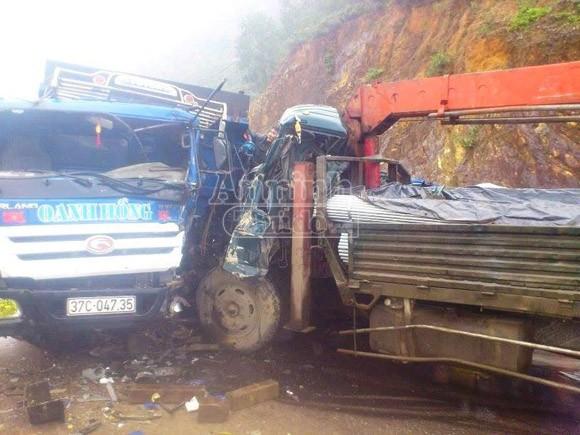 Xe tải nát bét sau cú đấu đầu kinh hoàng, 5 người bị thương nặng ảnh 1