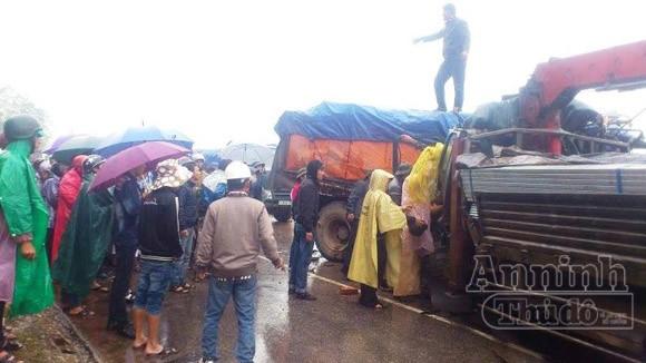 Xe tải nát bét sau cú đấu đầu kinh hoàng, 5 người bị thương nặng ảnh 2