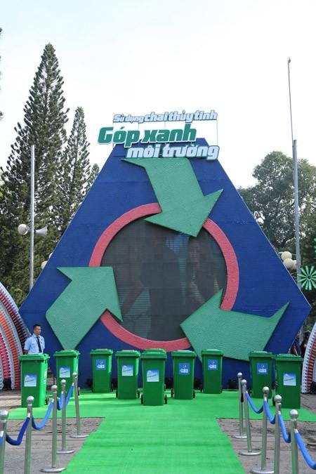 """Mô hình """"khổng lồ"""" được lắp ráp từ 390.000 nắp chai thủy tinh ảnh 1"""