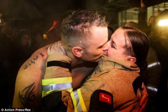 """Vợ châm lửa giúp chồng hóa """"ngọn đuốc sống"""", lập kỉ lục Guinness ảnh 4"""