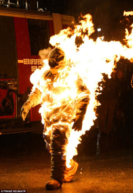 """Vợ châm lửa giúp chồng hóa """"ngọn đuốc sống"""", lập kỉ lục Guinness ảnh 2"""