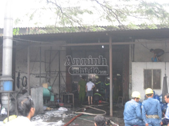 Cháy nhà xưởng, gần chục công nhân nỗ lực chữa cháy bất thành ảnh 1