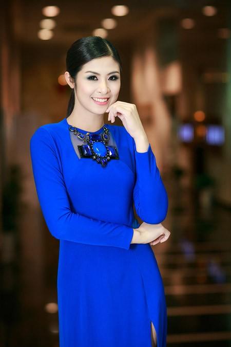 Hoa hậu Ngọc Hân nổi bật trong chiếc đầm xanh gợi cảm ảnh 2