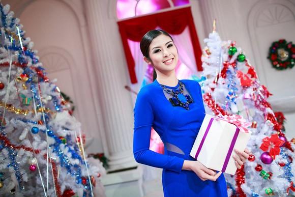 Hoa hậu Ngọc Hân nổi bật trong chiếc đầm xanh gợi cảm ảnh 6
