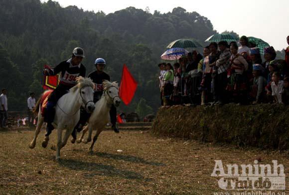 Tái hiện hội đua ngựa của đồng bào Mông tại Hà Nội ảnh 1