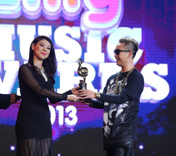 """Lệ Quyên vượt Mỹ Tâm, Hà Hồ giành giải """"Nghệ sĩ của năm"""" ảnh 3"""