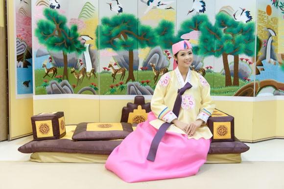 Hoa hậu Ngọc Hân hoá thân thành… công chúa Hàn Quốc ảnh 1