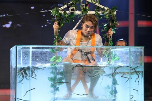 Khánh Đơn gào thét nhìn Phạm Anh Khoa thả cá sấu vào bể bơi ảnh 5