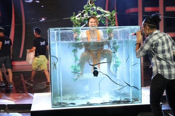 Khánh Đơn gào thét nhìn Phạm Anh Khoa thả cá sấu vào bể bơi ảnh 7