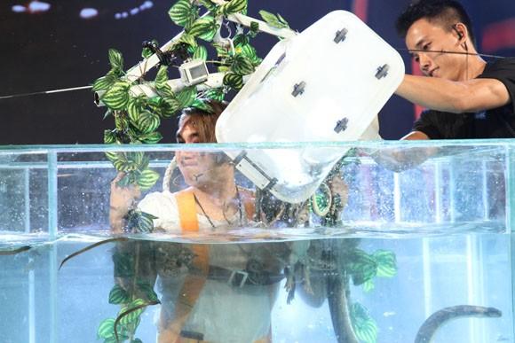 Khánh Đơn gào thét nhìn Phạm Anh Khoa thả cá sấu vào bể bơi ảnh 6