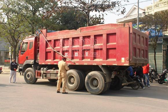 Xe tải kéo xe máy hơn 50m, một người chết thảm ảnh 2