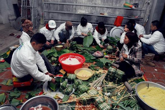 Trúc Diễm, Minh Béo gói bánh chưng, bánh tét tặng người nghèo ảnh 1